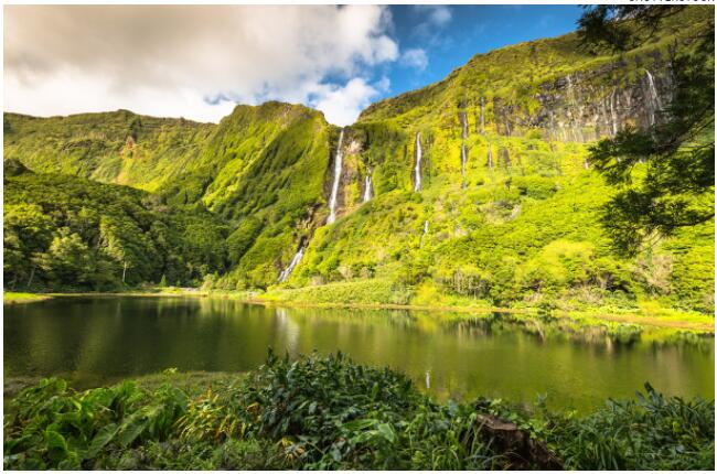 FLIGHTS, ACCOMMODATION AND MOVEMENT IN THE AZORES